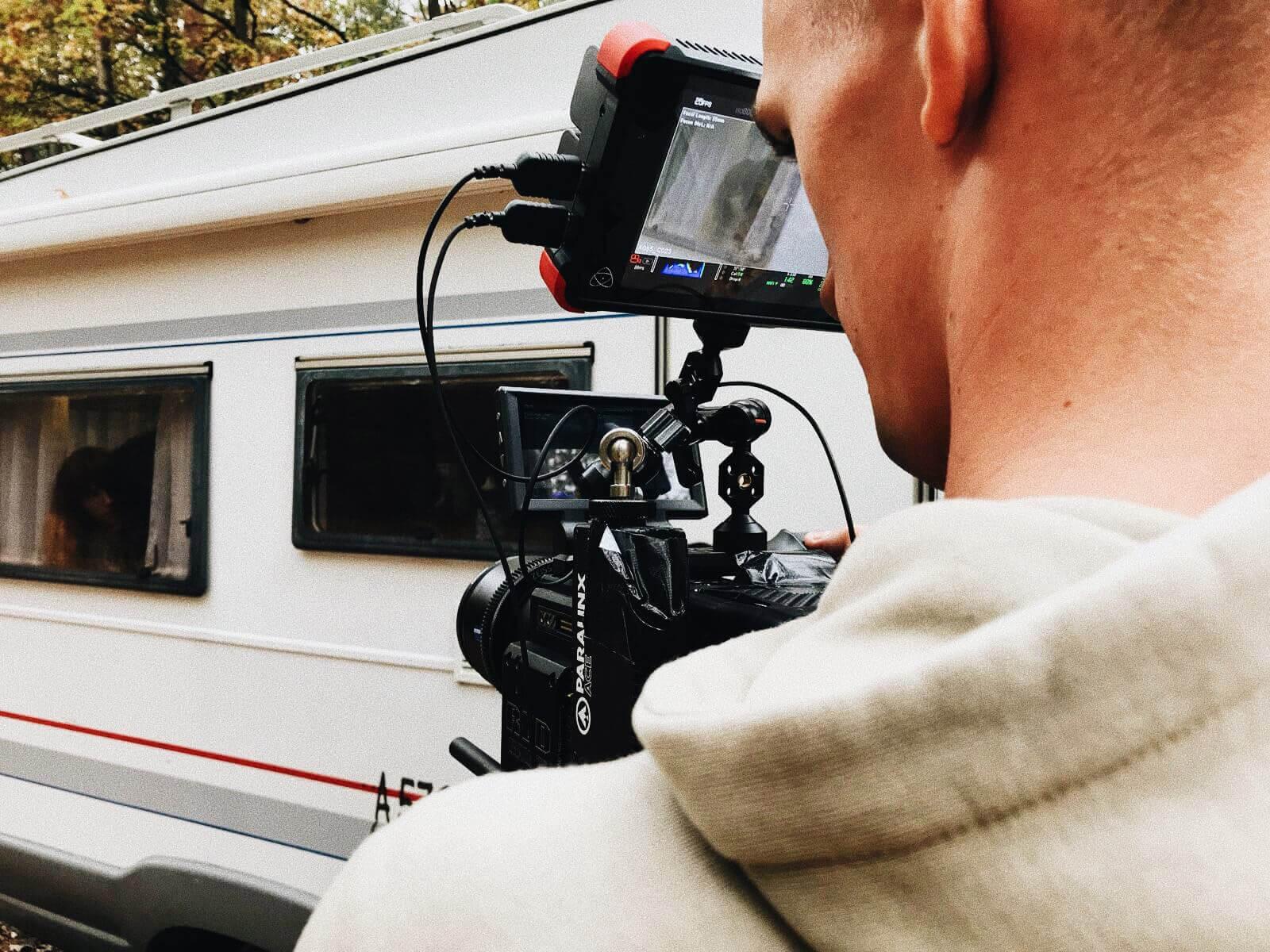 operator z kamerąna planie filmowym