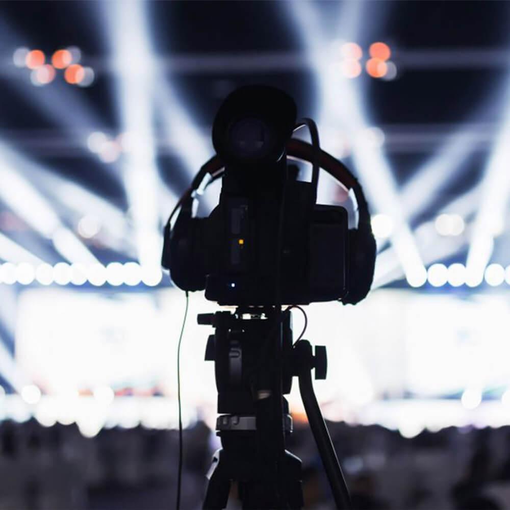 kamera na statywie podczas live stream