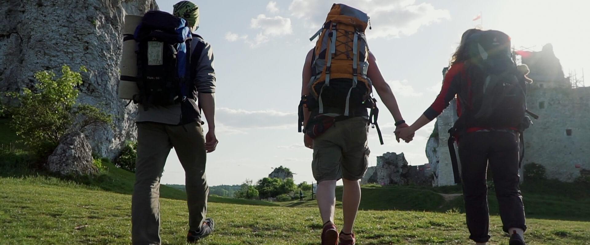 turyści z plecakami na jurze krakowsko częstochowskiej