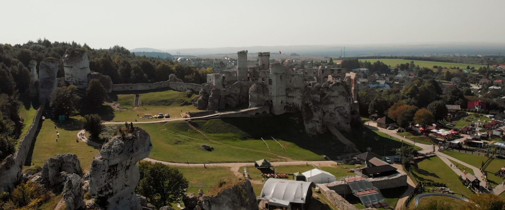 zamek ogrodzieniec w podzamczu z drona